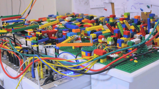 Play House - instalatie Lego de Alex Allmont [video]