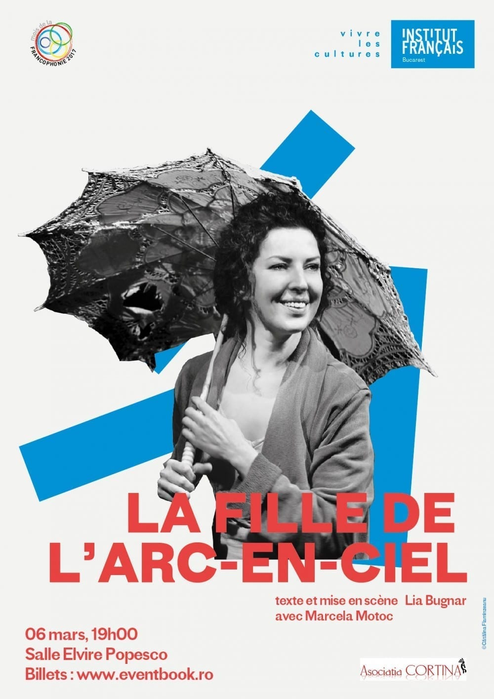 """În cadrul evenimentelor dedicate lunii Francofoniei, Institutul Francez din București va găzdui spectacolul în limba franceză """"La Fille de l'arc-en-ciel"""", luni 6 martie, la ora 19.00, la sala Elvire Popesco. Piesa de teatru, scrisă și regizată de Lia Bugnar, este interpretată de actrița Marcela Motoc și s-a jucat pentru prima dată la Paris, în primăvara anului 2013. Fata din Curcubeu este o pledoarie pentru păstrarea convingerii că totul pe lume are un sens, chiar dacă acesta se prezintă indescifrabil. Nu contează mizeria, decăderea, atâta timp cât sufletul ramâne curat, translucid, asemenea unei lacrimi de gheață. E povestea unei fete, care a ajuns să ducă o viață amară, după o copilărie dulce ce-a trait-o în familia sa. A ajuns în stradă, practicând cea mai veche meserie din lume. Se vinde ieftin, își duce clienții la cinema și acolo le oferă serviciile sale, în timpul filmului. Nu are o casa, nu își permite nici să închirieze o cameră la hotel. Ceea ce își permite sunt locurile 13 și 14 de pe ultimul rând din cinematograful Curcubeu. Își spune povestea cu un zâmbet amar, e sfașiată de durere, dar niciodată doborâtă. Singură pe lume, fară de cei pe care i-a iubit – tata, mama, sora geamană – toți duși în altă lume. Merge pe firul vieții ei, de la copilarie la adolescență, la tinerețe, dar parcă viata pe care o trăiește nu e binecuvântată de Cel de Sus. Îl iubeste pe Dumnezeu, dar nu-L ințelege... Actrița Marcela Motoc a absolvit Academia de Teatru şi Film în 1996, la clasa profesorilor Olga Tudorache și Adrian Pintea. A fost distinsă cu premiul de interpretare pentru rolul Violetei din scurtmetrajul franco-spaniol """"Violeta, la courtisane"""", regizat de David Casals-Roma. La Teatrul Bulandra, a jucat în piese regizate de Tudor Mărăscu, Cătălina Buzoianu, Adrian Pintea, Elie Malka și Tompa Gabor. """"Piesa """"La Fille de l'arc-en-ciel"""" e ca un pumn în stomac, e ca un borcan de iaurt pe spatele ars al unui rătăcit în Sahara, e ca o pană de păun picată în șleaul înnoroiat lă"""