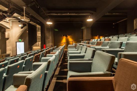 16 hotspot-uri culturale care te ajută să ții pasul cu prezentul! Apollo 111 Teatrul