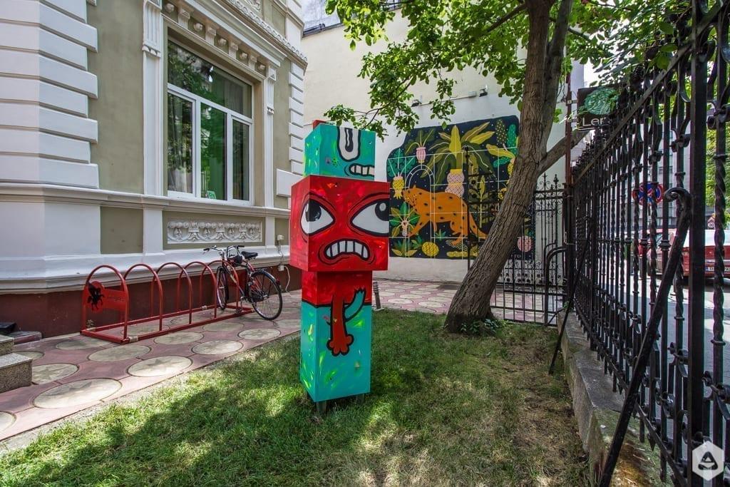 Un-hidden Bucharest Pisica Pătrată Totem Lente